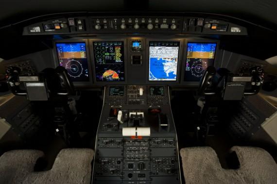 Challenger 605 pilot interior